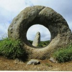 Keistos skylės akmenyse