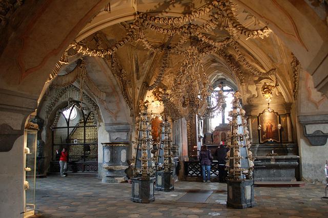Bažnyčia dekoruota mirusiųjų griaučiais