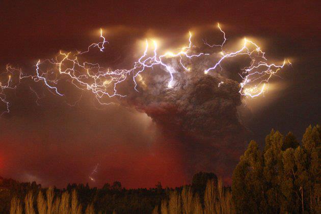 Žaibo blyksniai aplink pelenų debesį