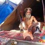Vyras 40 metų gyvena iškėlęs ranką į viršų