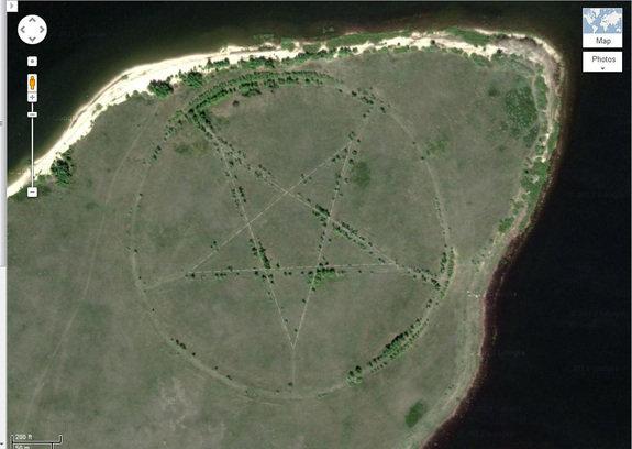 """""""Google Maps"""" naršytojai Kazachstano pasienyje aptiko milžinišką 366 m pentagramą"""