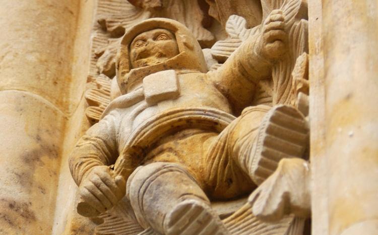 Ispanijos bažnyčios bareljefe pavaizduotas kosmonautas?