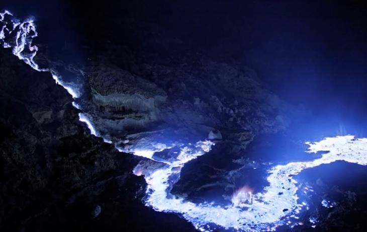 Indonezijoje iš ugnikalnio liejasi mėlynai švytinti lava