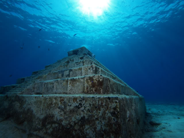 Piramidės po vandeniu Rok ežere