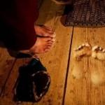 Budistų vienuolis per 20 metų grindyse išstovėjo 3 cm gylio duobes (Video)